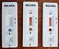 Trois kits de test de dépistage rapide positif pour le paludisme(malaria) sur table 04.jpg