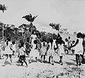 Tropenmuseum Royal Tropical Institute Objectnumber 20007620 Spelende schoolkinderen in Bigiston.jpg