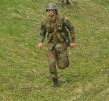 Türkischer infanterist mit geschultertem hk g3