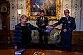 Uitreiking NL arms aan de minister.jpg