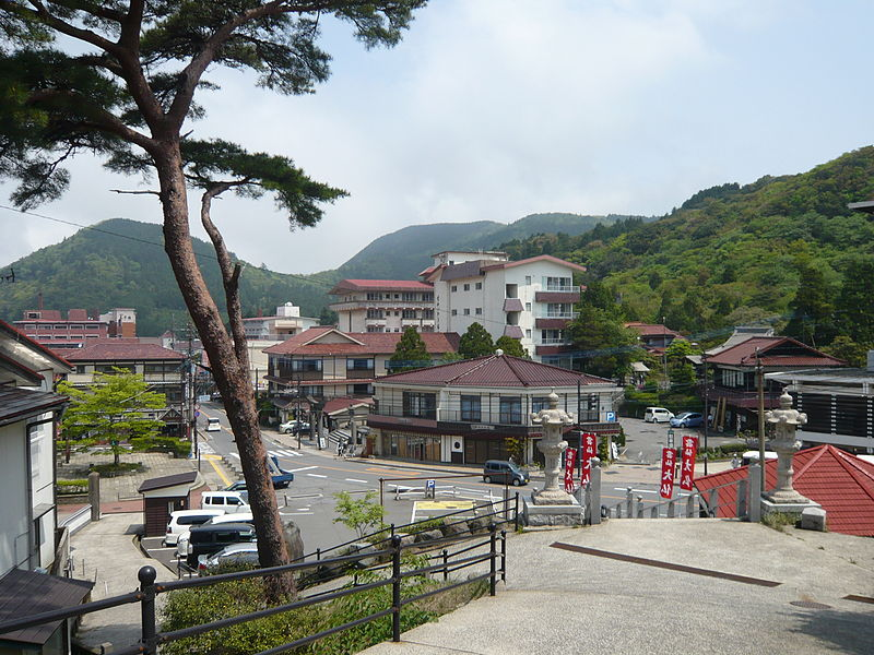 https://upload.wikimedia.org/wikipedia/commons/thumb/9/93/Unzen_onsen_mainroad2.JPG/800px-Unzen_onsen_mainroad2.JPG