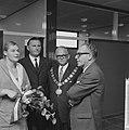 V.l.n.r. zwemster Ada Kok, de voorzitter van Stichting Sportfondsen, burgemeeste, Bestanddeelnr 918-4118.jpg