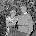 Vader Ernst Klein en Erika Klein met glas moezelwijn poseren voor een muur begro, Bestanddeelnr 254-4637.jpg