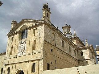 Vista de la entrada de la Capilla de Cerralbo desde la calle Sánchez Pacheco.jpg