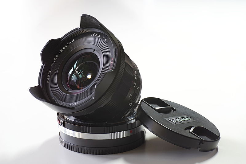 File:Voigtlaender Super Wide Heliar 15mm f4,5 Asph III on VM-E Close Focus adapter.jpg