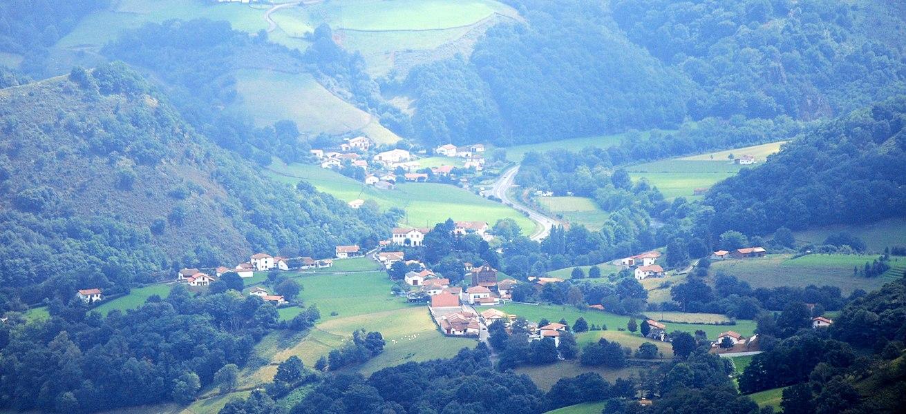 Vue de Bidarray par l'ouest, à proximité de la frontière franco-espagnole. Légère retouche et recadrage.