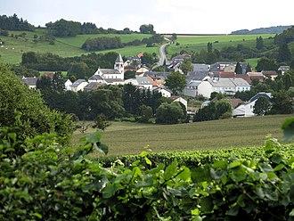 Lenningen, Luxembourg - Image: Vue op Lenneng, Deiwelsbréck, CR146