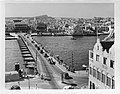 Willemstad (Curaçao). Emmabrug, een pontonbrug over de Sint Annabaai., Bestanddeelnr 935-1164.jpg