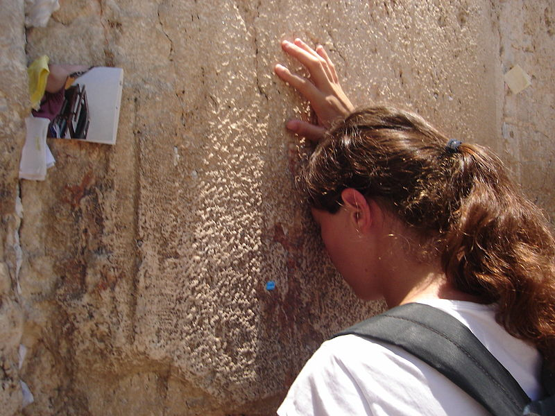 File:Woman praying at the Western Wall.jpg