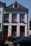 foto van Gepleisterd pand met verdieping en schilddak