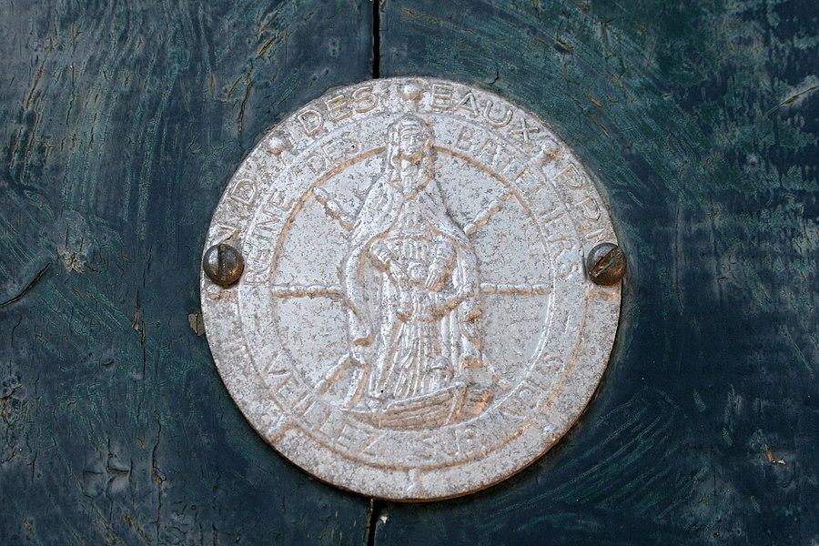Écluse de Négra - Médaillon de Notre-Dame-Des-Eaux, accroché à la porte de la chapelle