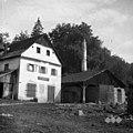 """Žaga v Gornjem Vrhpolju (levo žaga, desno stanovanjska hiša, spodaj zadruga), desno stavba z dimnikom za parjenje lesa """"parilnica"""" 1952.jpg"""