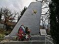 Памятник-крыло самолёта.jpg