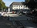 2018-09-26, Stadtbahnbau auf dem Fahnenbergplatz in Freiburg, Pflasterung zwischen den Gleisen, Mittagspause.jpg