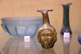 Fiole à tête de Méduse