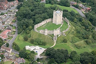 Conisbrough Castle - Aerial photograph in 2007, showing the outer and inner baileys (bottom left and top right)