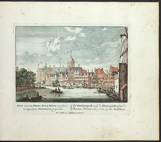 File:Amsterdam, Voorburgwal voorbij de Bloemenmarkt ziende op het Stadhuis (7985077331) (2).jpg