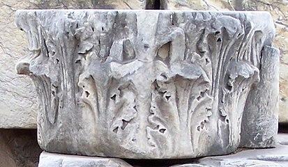 Arch of Augustus - kapitel koryncki.jpg