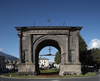 Arch of Augustus (Aosta) - The Arch of Augustus, east facade: the four gables of the roof, shallowly inclined, are not visible.