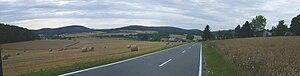 Gladenbach Uplands - Die Elnhausen-Michelbach Basin and der äußerste northeast der Damshäuser Kuppen with Auersberg (385 m, links). Im Vordergrund Dagobertshausen, links hinten Elnhausen, beide Marburg