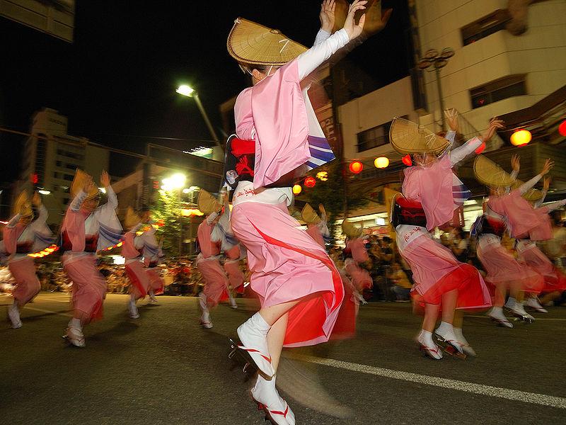 https://upload.wikimedia.org/wikipedia/commons/thumb/9/94/Awa-odori_2008_Tokushima.jpg/800px-Awa-odori_2008_Tokushima.jpg