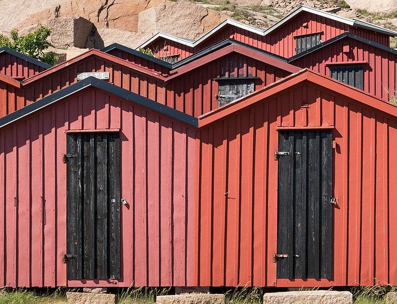 File:Beach huts at Stångehuvud 5.jpg