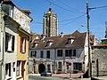 Beaumont-sur-Oise (95), ancien hôtel du Croissant et église.jpg