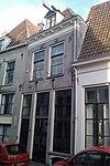 foto van Onderkelderd huis met gepleisterde lijstgevel, in jaarankers gedateerd 1625