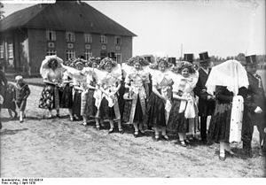 Spreewald - Image: Bundesarchiv Bild 102 09614, Spreewald, Wendische Mädchen in Tracht