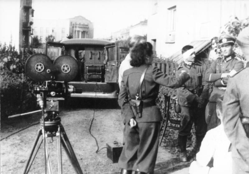 Bundesarchiv Bild 146-2004-0020, Polen, Truppenbesuch von Leni Riefenstahl
