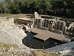 Ruinoj de amfiteatro kaj aliaj strukturoj.