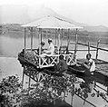 COLLECTIE TROPENMUSEUM 'Een pleziervaart prauw op het meer 'Sitoe Bagendit' bij Garoet West-Java' TMnr 10014074.jpg