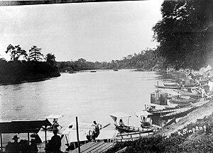 COLLECTIE TROPENMUSEUM Boten (sampans) en ponten op en pijlers voor de spoorbrug in aanbouw in de Tamiang-rivier aan de oostkust van Atjeh Noord-Sumatra TMnr 10007604.jpg
