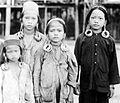 COLLECTIE TROPENMUSEUM Kayan meisjes gedeeltelijk in feestkleding met oorringen Borneo TMnr 10005564.jpg
