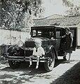 COLLECTIE TROPENMUSEUM Mevrouw Kerchman en haar zoon Albert bij de auto TMnr 60053731.jpg