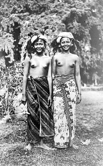 Ma'anyan people - Image: COLLECTIE TROPENMUSEUM Twee jonge Maänyan Dajak vrouwen in Tandjoeng Borneo T Mnr 10005525
