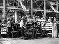 COLLECTIE TROPENMUSEUM Zoutwinning op Madura. Met de ram een gedeelte van de pers worden de briketten geperst. De ram en de draaitafel worden hydraulisch aangevoerd TMnr 10007417.jpg