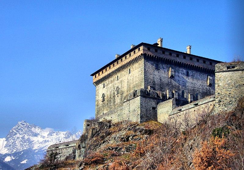File:Castello di verres 2.jpg