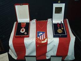 Camiseta y medallas del Ayuntamiento y Comunidad de Madrid por el  centenario del club. 46c94c647fd8a