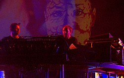 The Chemical Brothers în concert. Ed Simons (stânga) and Tom Rowlands (dreapta)