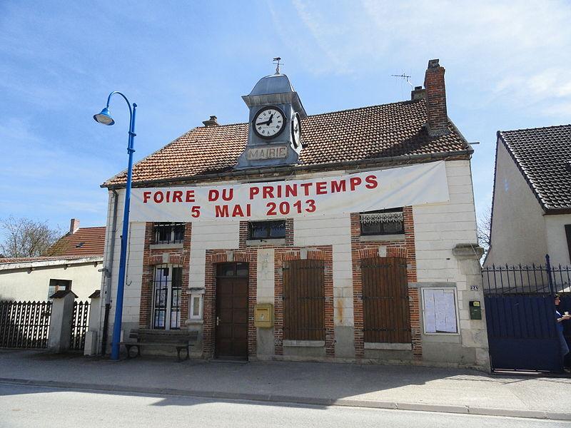 La mairie de Cherville, à la mi-avril 2013.