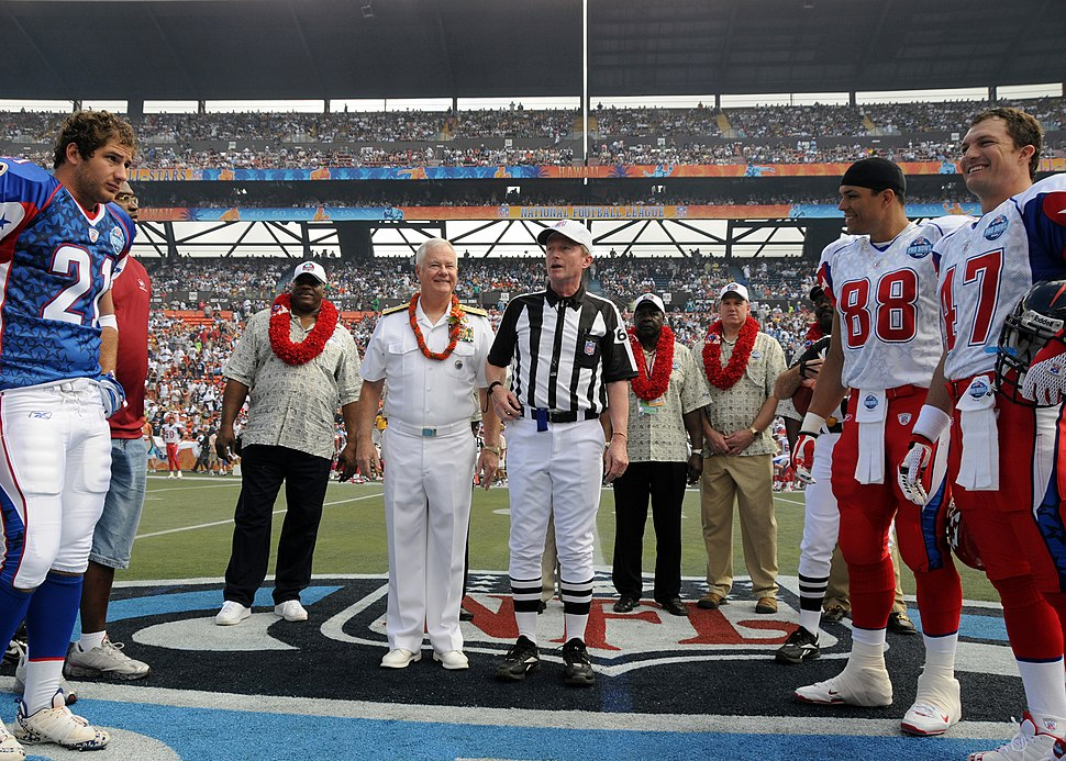 Coin toss at 2008 Pro Bowl 080210-N-4965F-004