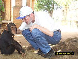 Colin Groves con uno scimpanzé