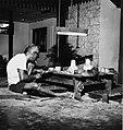 Collectie NMvWereldculturen, TM-20001964, Negatief, 'Een zilversmid aan het werk in het bedrijf MD Moeljodihardjo', fotograaf Boy Lawson, 1971.jpg