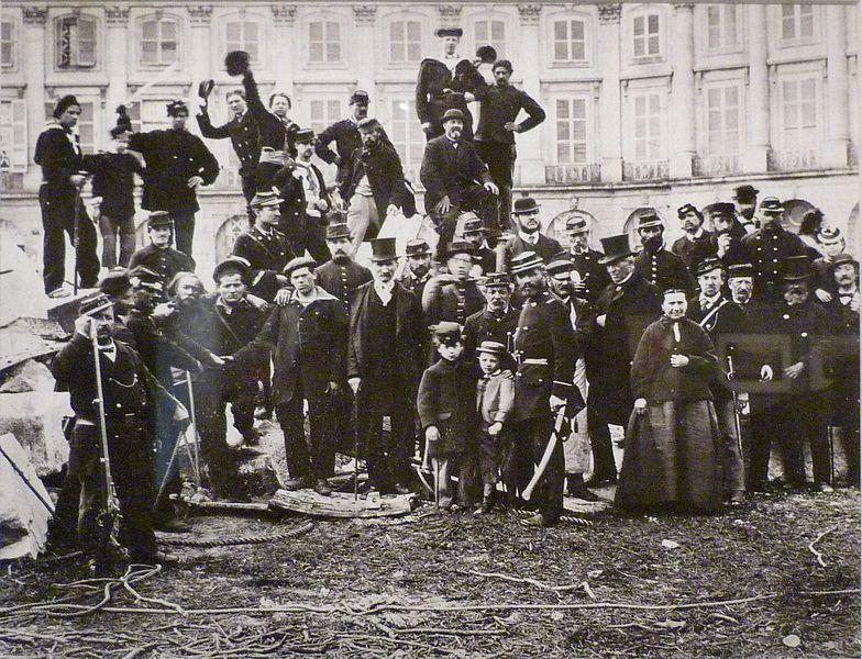 Fichier:Commune de Paris curieux sur la colonne Vendôme.jpg