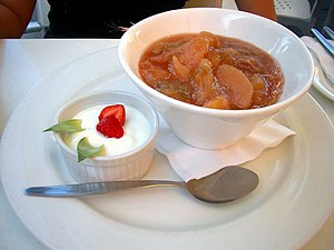 Rabarber- och äppelkompott. Äppelklyftor i kompotten ger en lite mildare smak om du föredrar det.