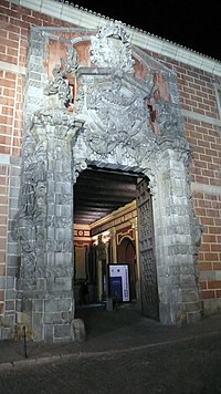 Fachada churrigueresca del Cuartel del Conde-Duque con iluminación nocturna