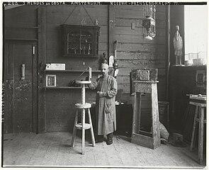 Mendes da Costa in zijn atelier (foto van Sigmund Löw, 1903)