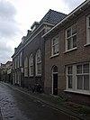 foto van Pand met verdieping en getoogde vensters, waarin zesruitsschuiframen