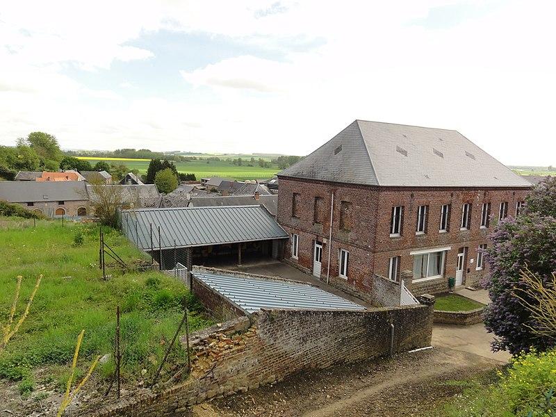 Dercy (Aisne) école et village vu du cimetière